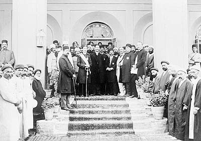 Rehoisting British flag in Yazd