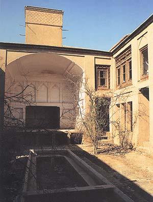 ایوان در حیاط بزرگ خانه گرامی